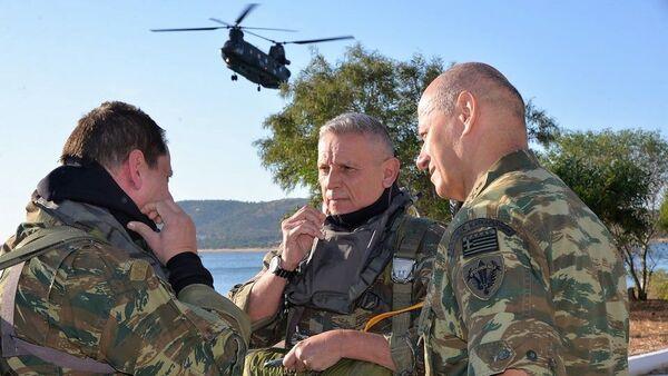 Yunanistan Genelkurmay BaşkanıKonstantinos Floros (ortada), Türkiye ile Meis Adası gerilimi sırasında komutanlarla konuşurken - Sputnik Türkiye