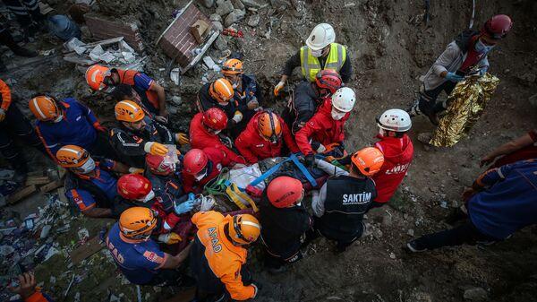 Helim Sarı, İzmir'deki depremde yıkılan Yılmaz Erbek Apartmanı enkazından 26 saat sonra yaralı olarak çıkarıldı. - Sputnik Türkiye