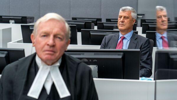 Kosova Cumhurbaşkanlığından istifa eden Haşim Thaçi, Lahey'de BM'ye bağlıKosova Özel Mahkemesi karşısına çıktı. - Sputnik Türkiye