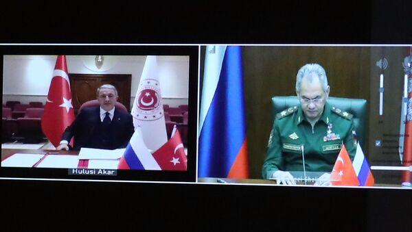 Rusya Savunma Bakanı Sergey Şoygu ve Türkiyeli mevkidaşı Hulusi Akar'ın, Dağlık Karabağ'da ateşkesi kontrol edecek ortak merkezin kurulmasına ilişkin muhtıranın imzalandığı belirtildi. - Sputnik Türkiye