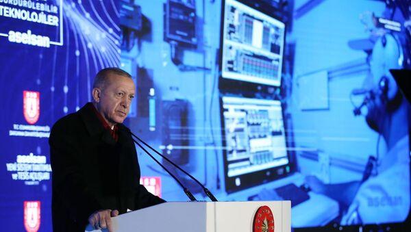Türkiye Cumhurbaşkanı Recep Tayyip Erdoğan, Aselsan'ın Gölbaşı'ndaki yerleşkesinde, Aselsan Yeni Sistem Tanıtımları ve Tesis Açılışları programına katılarak bir konuşma yaptı. - Sputnik Türkiye
