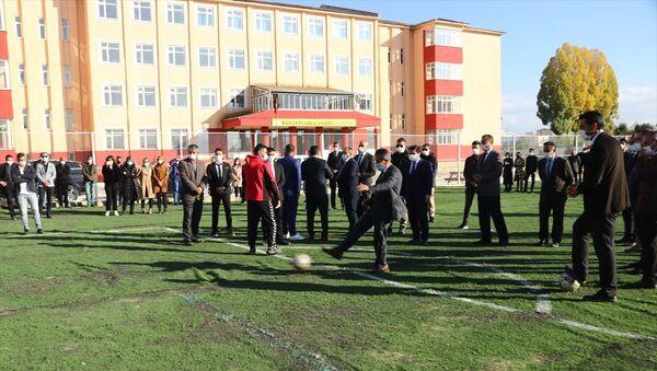 Öğretmenler stadın atıl halılarından öğrenciler için yeni halı saha yaptı - Sputnik Türkiye