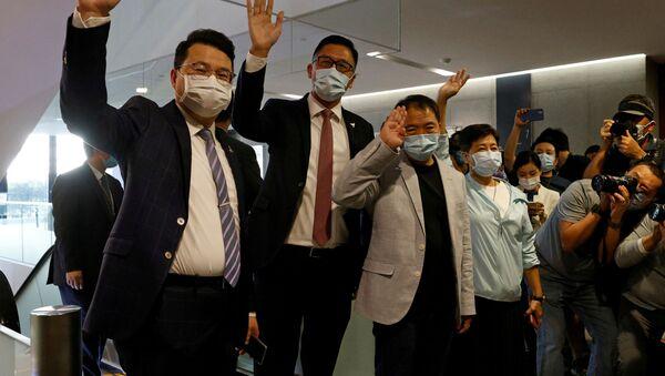 Hong Kong parlamentosunda toplu halde istifalarını verdikten sonra medyaya poz veren Batı tipi demokrasi yanlısı milletvekilleri - Sputnik Türkiye