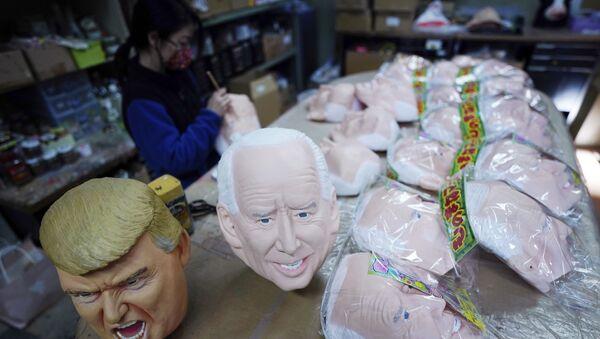 Donald Trump, Joe Biden maskeleri, Ogawa Stüdyoları, Japonya - Sputnik Türkiye