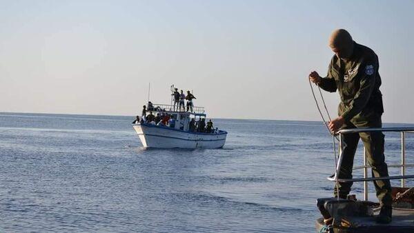 Tunus Futbol Federasyonu'ndan yasak yiyen Croissant Sportif Chebbien (CSC)Kulübü'nüntaraftarları, Chebba limanında balıkçı teknelerine doluşup İtalya'ya doğru Akdeniz'e açıldı. - Sputnik Türkiye