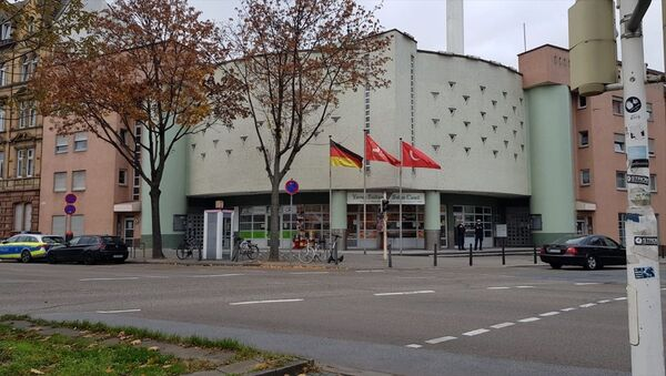 Almanya'nın Baden-Württemberg eyaletindeki Mannheim şehrinde bir camiye hem İslam'a ve Müslümanlara yönelik hakaretler içeren ifadelerin yer aldığı mektup gönderildi hem de elektronik posta yoluyla bomba ihbarı yapıldı. - Sputnik Türkiye