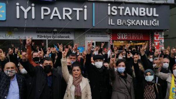 İYİ Parti üyesi bir grup eylem yaparak İstanbul İl Başkanı'nın istifasını istedi - Sputnik Türkiye