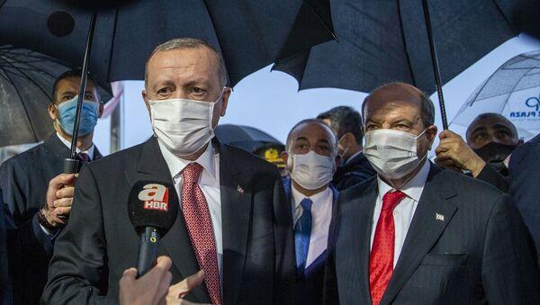Türkiye Cumhurbaşkanı Recep Tayyip Erdoğan, Kuzey Kıbrıs'ta 46 yıldır kapalı tutulan, alınan kararla kademeli olarak açılmaya başlanan Maraş bölgesini ziyaret etti. - Sputnik Türkiye