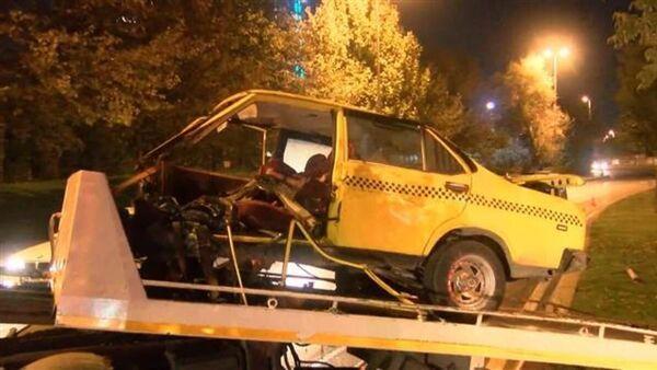 Ağaca çarpan otomobil ikiye bölündü (Sürücü ağır yaralandı) - Sputnik Türkiye