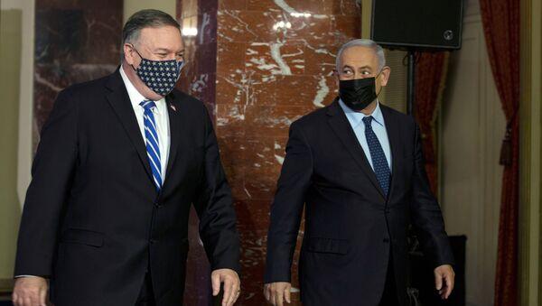 Mike Pompeo ile Benyamin Netanyahu ortak basın toplantısından çıkarken, 19 Kasım 2020, Kudüs, İsrail - Sputnik Türkiye