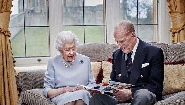 İngiltere Kraliçesi 2. Elizabeth ile eşi Prens Philip  - Sputnik Türkiye