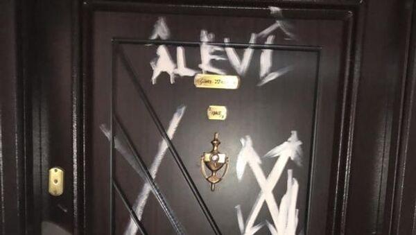 Bursa'da bazı vatandaşların evlerinin kapı ve duvarlarına 'X' işareti koyan şüpheli Bursa Emniyet Müdürlüğünün titiz çalışmasıyla yakalandı. - Sputnik Türkiye