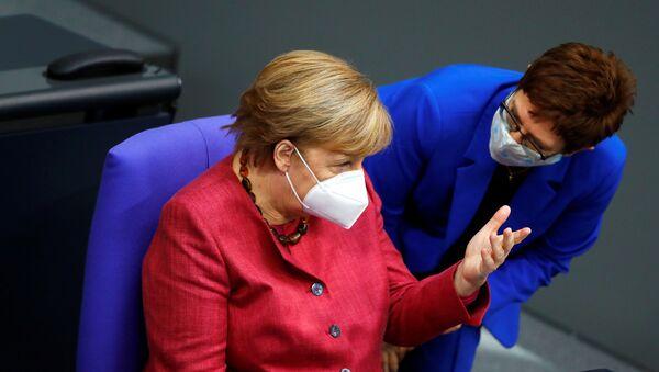 Almanya parlamentosunda Başbakan Angela Merkel, Savunma Bakanı Annegret Kramp-Karrenbauer ile konuşurken - Sputnik Türkiye