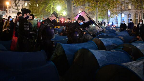 Paris'in Cumhuriyet Meydanı'nda gönüllülerinkurduğu 500 mavi çadırı Afganların derhaldoldurmasının ardından, Fransız polis ve jandarması içinde insanlar varken çadırları yıktı. - Sputnik Türkiye