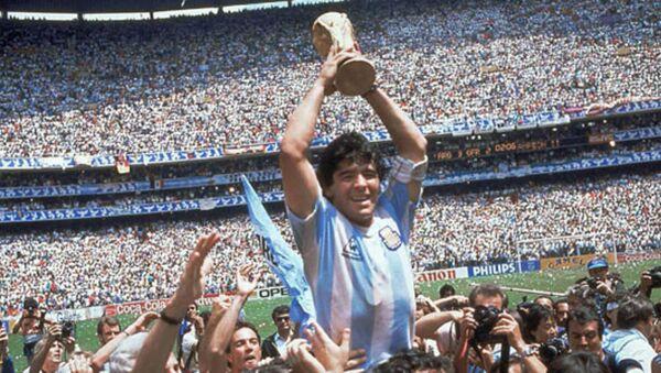 Diego Maradona, oyun tarzıyla futbolseverlerin sevgilisi haline gelmişti. - Sputnik Türkiye