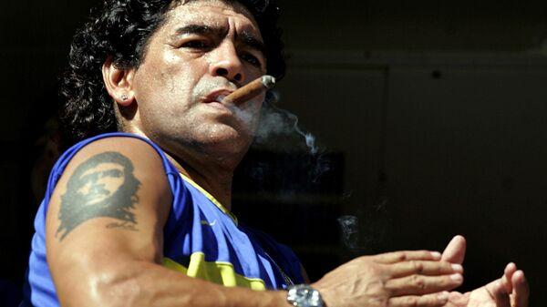 Легенда футбола Диего Марадона с кубинской сигарой и татуировкой Че Гевары, 2006 год - Sputnik Türkiye