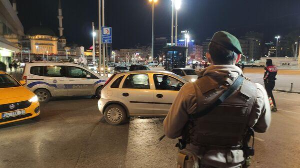 İstanbul'da hava destekli Yeditepe Huzur uygulaması yapıldı. Uygulamada araçlar didik didik aranırken şüpheli şahıslara yönelik GBT kontrolleri yapıldı. - Sputnik Türkiye