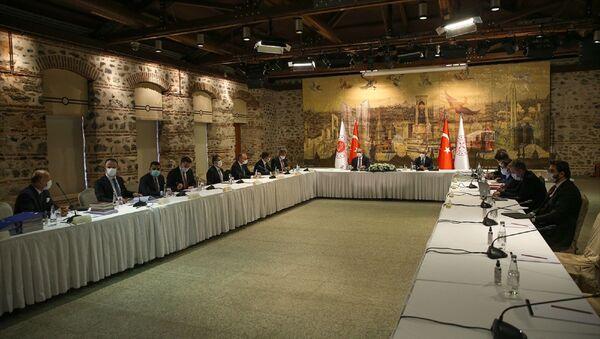 Hazine ve Maliye Bakanı Lütfi Elvan (sağda) ile Adalet Bakanı Abdulhamit Gül (solda), Türk Sanayicileri ve İş İnsanları Derneği (TÜSİAD)  - Sputnik Türkiye
