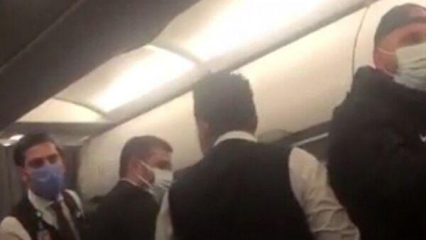 İzmir-Adana seferini yapan yolcu uçağında, 3 yolcu ile Bergama Belediyespor deplasmanından dönen Kozanspor FK futbolcuları arasında maske yüzünden arbede yaşandı - Sputnik Türkiye