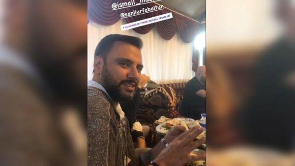 Şanlıurfa Büyükşehir Belediyesi, sanatçı Demek Akalın ile Alişan'ın sosyal tesiste yemek yerken çekilen görüntüleriyle ilgili yaptığı açıklamada, yemeğin halka kapalı olduğunu ve paylaşımların manipülasyon amaçlı olduğunu bildirdi. - Sputnik Türkiye