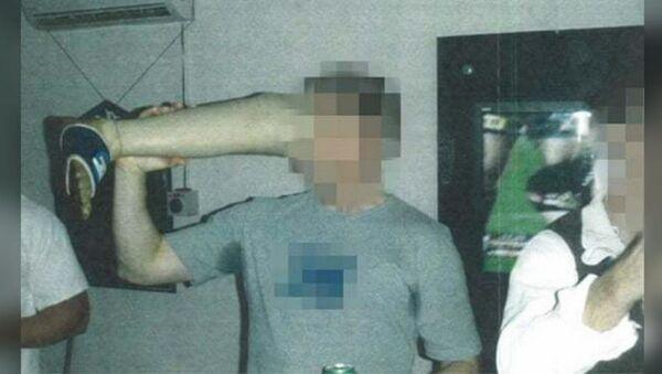 The Guardian Australia'nın yayımladığı görüntülerde, Afganistan'daAvustralya özel kuvvetlerinin barında askerlerin bir Taliban militanına ait olduğu belirtilen protez bacakla eğlendikleri ve protezi bira içmek için kullandığı görülüyor. - Sputnik Türkiye