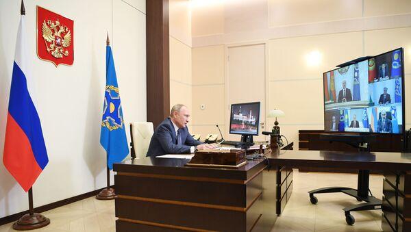 Putin ve CSTO bayrağı - Sputnik Türkiye