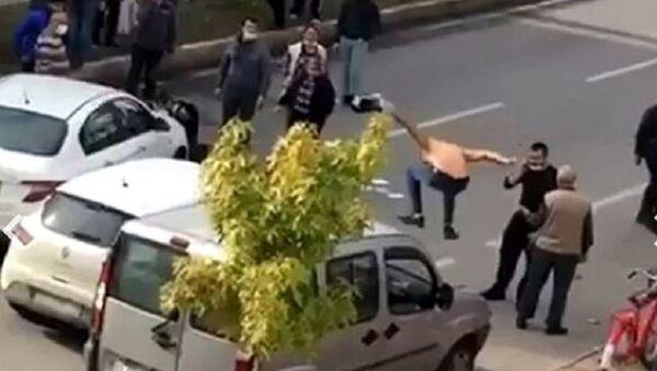 Araçlara saldıran vatandaş - Sputnik Türkiye