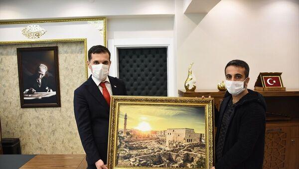 İstanbul'da bir turistin aracında unuttuğu 300 bin euro'yu sahibine teslim eden taksi şoförü Engin Olgaç (sağda),  - Sputnik Türkiye