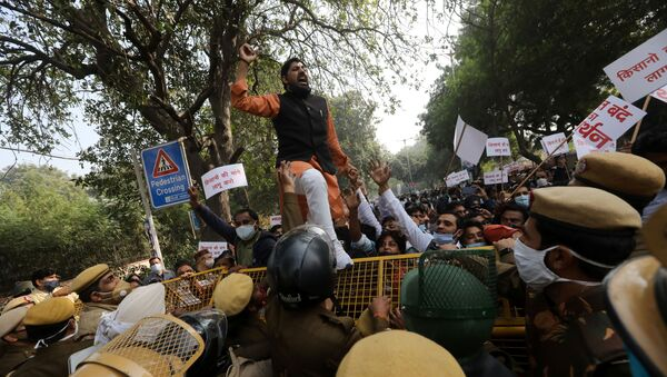 Hindistan'da yeni tarım yasasına karşı çiftçilerin düzenlediği genel greve başkent Yeni Delhi'de protesto düzenleyerek destek veren Aam Aadmi Partisi (AAP) destekçileri - Sputnik Türkiye