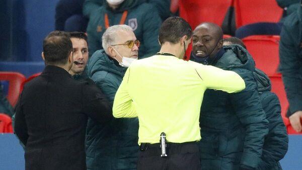 Başakşehir, PSG'ye konuk olduğu maçta yardımcı antrenör Webo'ya ırkçılık yapıldığı gerekçesiyle sahadan çekildi - Sputnik Türkiye