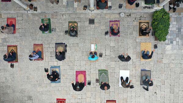 Hatay'da da cuma namazı sonrası camilerde yağmur duası yapıldı. Anadolu'nun en eski camisi Habib-i Neccar'da sosyal mesafe ve maske kurallarına uygun kılınan namazın ardından vatandaşlar duaya iştirak etti. - Sputnik Türkiye