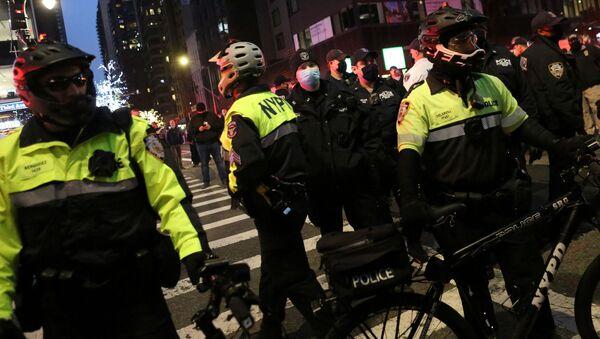 ABD basınında yer alan haberlere göre, New York'ta düzenlenen Siyahların Hayatı Değerlidir (BLM) gösterisine katılanların arasına giren bir aracın protestoculara çarpması sonucu en az 7 kişi yaralandı. - Sputnik Türkiye