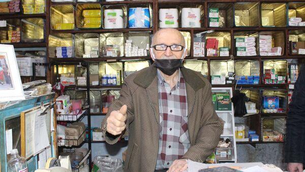 Samsun Çarşamba İlçesinde 'Ali Baba' ismiyle bilinen Nazif Özdikici, 70 yıldır işlettiği bakkalının marketler karşısında zorluk çektiğini belirterek, vatandaşlara bakkallardan alışveriş yapması istedi. - Sputnik Türkiye