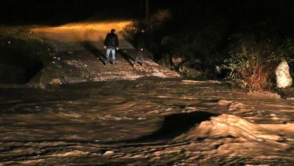 İzmir'de sel sularına kapılan araçtaki 5 kişiden ikisi kayboldu - Sputnik Türkiye
