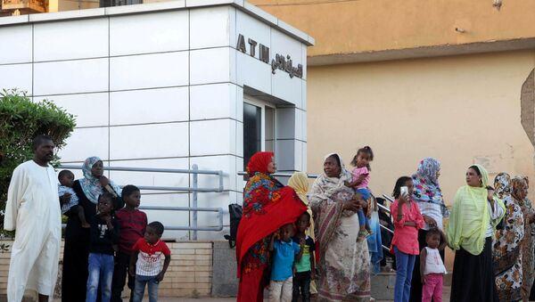Sudan'ın başkenti Hartum'da ATM önünde duran yurttaşlar  - Sputnik Türkiye