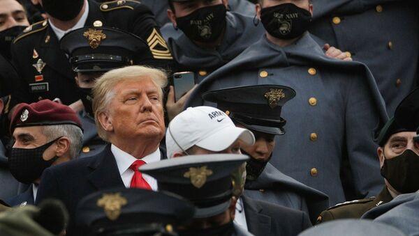 Yazı tura atıldıktan sonra Trump, Michie Stadyumu'nun Ordu tarafında, etrafı maskeli öğrencilerle çevrili stantlara girdi. - Sputnik Türkiye