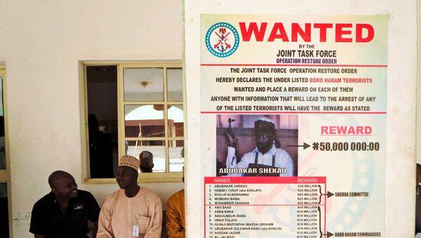 Nijerya'da insan kaçırma ve kafa kesmeli katliamlardan sorumlu Boko Haram örgütünün lideri Ebubekir Şekau'nun bulunması için para ödülü açıklayan 'Aranıyor' ilanı - Sputnik Türkiye