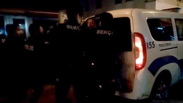 Yola tuvaletini yapıp esnafa rahatsızlık veren şahıs polise tekme savurdu - Sputnik Türkiye