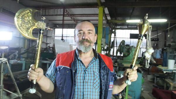 Balıkesir'in Burhaniye ilçesinde, yaptığı Osmanlı kılıçları ile adını duyuran makine imalatçısı Muammer Tural, MHP Genel Başkanı Devlet Bahçeli ve Azerbaycan Cumhurbaşkanı İlhamAliyeviçin altın kaplama savaş baltası ve topuz imal etti.  - Sputnik Türkiye