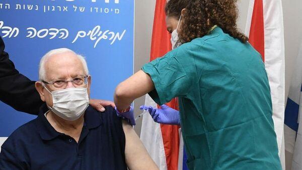 İsrail Cumhurbaşkanı Reuven Rivlin, ülkede Kovid-19 aşı kampanyasının başlamasının ardından korona aşısı yaptırdı. - Sputnik Türkiye