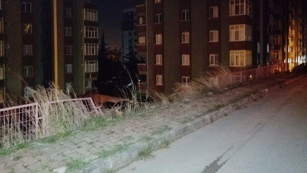 Kartal'da araba site otoparkına uçtu - Sputnik Türkiye