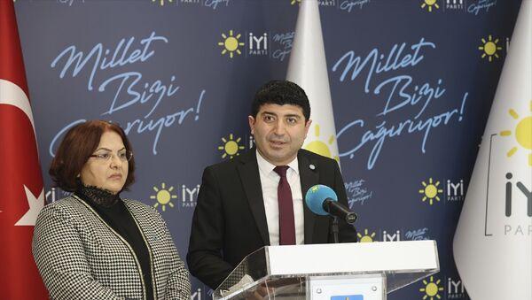 İYİ Parti Toplumsal Politikalar Başkanı Ünzile Yüksel (solda) Sağlık Politikaları Başkan Yardımcısı Prof. Dr. Murat Karaman (sağda) - Sputnik Türkiye