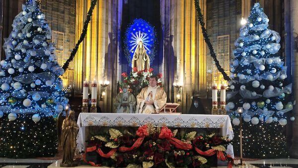İstiklal Caddesi'ndeki Saint Antuan Kilisesi'nde, Hz. İsa'nın doğum günü kabul edilen 24 Aralık gecesi nedeniyle Noel ayini düzenlendi. Noel ayini pandemiden dolayı kısıtlı sayıda kişiyle yapıldı. - Sputnik Türkiye