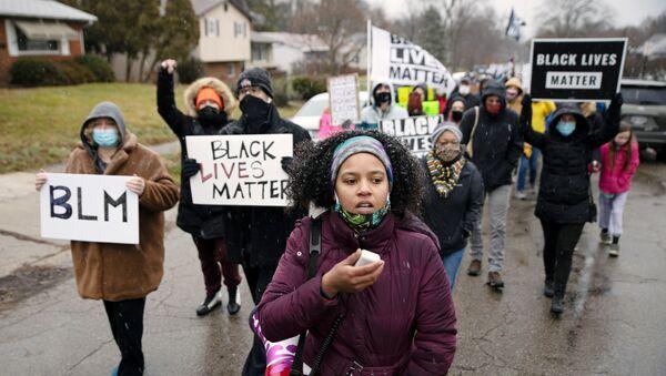 Polisin silahsız siyah yurttaş Andre Maurice Hill'i öldürdüğü mahallede Black Lives Matter (Siyah Yaşamlar Önemlidir) protestosu, Columbus, Ohio, ABD - Sputnik Türkiye