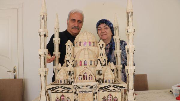 Sivas'ta 68 yaşındaki Nazım Bali'nin eşi için 52 bin 300 kibrit çöpü kullanarak 7 ay 3 günde yaptığı cami maketi görenleri hayran bırakıyor. - Sputnik Türkiye