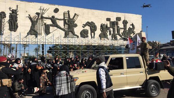 İranlı General Kasım Süleymani ile Haşdi Şabi Örgütü Başkan Yardımcısı Ebu Mehdi Mühendis'in ölüm yıldönümü yaklaşırken örgüt başkent Bağdat'ta gösteri düzenledi. - Sputnik Türkiye
