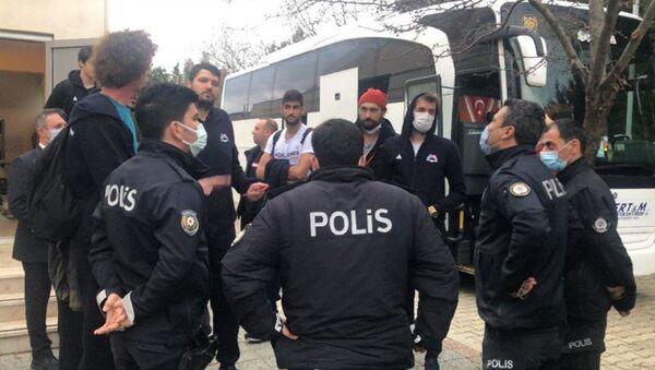Çorlu Belediyesi ile Mersin Büyükşehir Belediyesi takımları arasında, pandemi tedbirleri nedeniyle seyircisiz oynanan basketbol maçının sonunda olaylar çıktı.  - Sputnik Türkiye