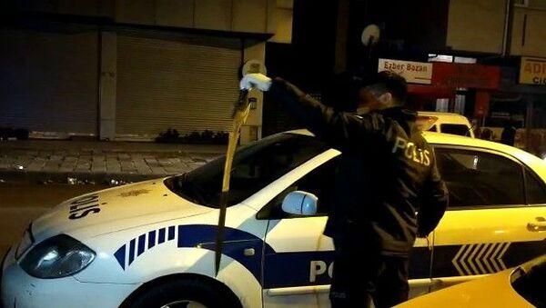 Ataşehir'de bir şahıs taksi durağına gelerek taksicilere kılıç ile saldırdı. Taksi durağının camlarını kıran Emrah isimli şahsı taksiciler döverek hastanelik etti. - Sputnik Türkiye