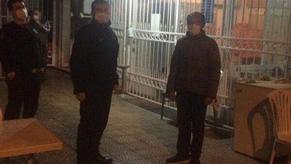 Antalya'da yeni tip koronavirüs (Kovid-19)tedbirleri kapsamında sokağa çıkma kısıtlamasıylailgilidenetimlerde, gidecek yeri olmadığını söylediği halde ceza kesilen Ali Çiftçi, Ankara'da kimsesizler misafirhanesine yerleştirildi. - Sputnik Türkiye