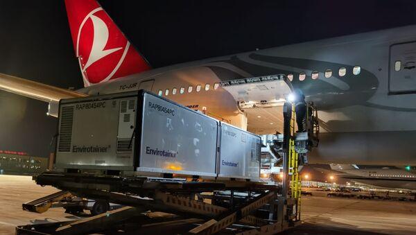 Türk Hava Yolları (THY), Çin'den sipariş edilen korona virüs aşılarını getirmek üzere Pekin'den havalanan uçağından videolu mesaj paylaştı. - Sputnik Türkiye